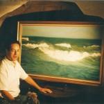"""001: Gérard B. devant le tableau représentant """" La vague"""" huile sur toile 130x97"""